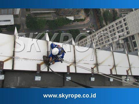 Skyrope layanan jasa pembersih kaca gedung juga melayani pengerjaan. Eksterior bangunan dengan material keramik