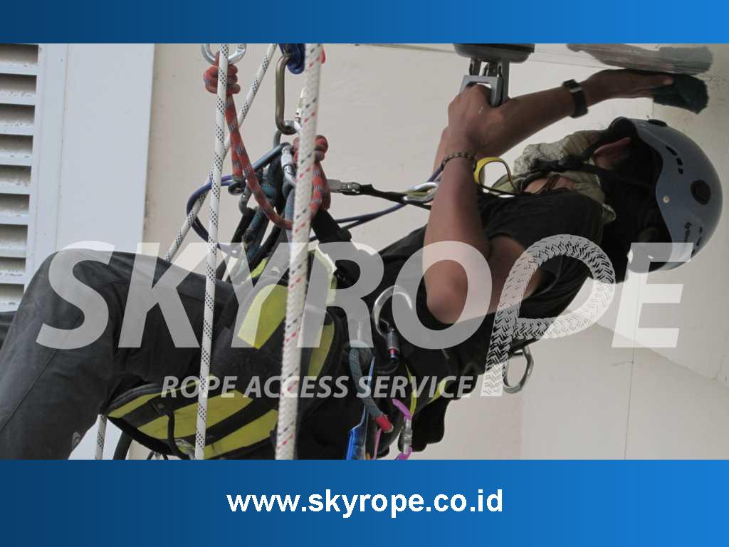 Jasa Pembersih Kaca Gedung Surabaya