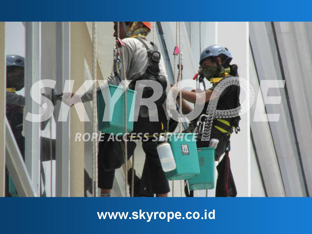 Jasa Pembersih kaca Gedung Lampung