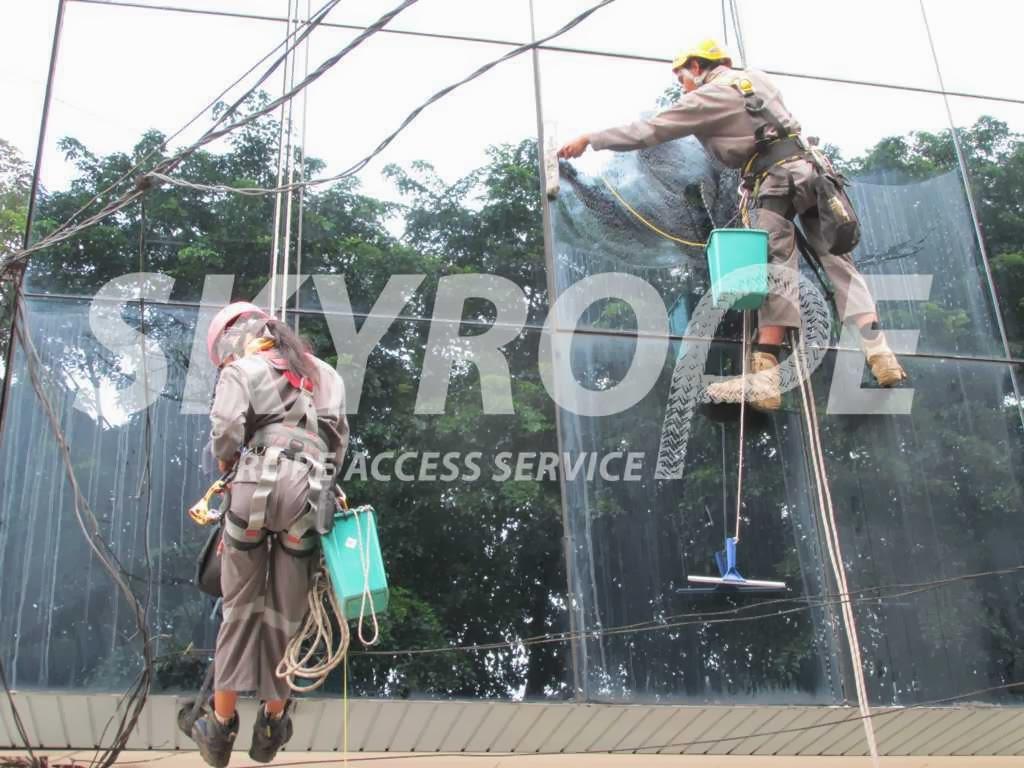 Skyrope layanan jasa pembersih kaca gedung. Eksterior Kaca bangunan merupakan performa