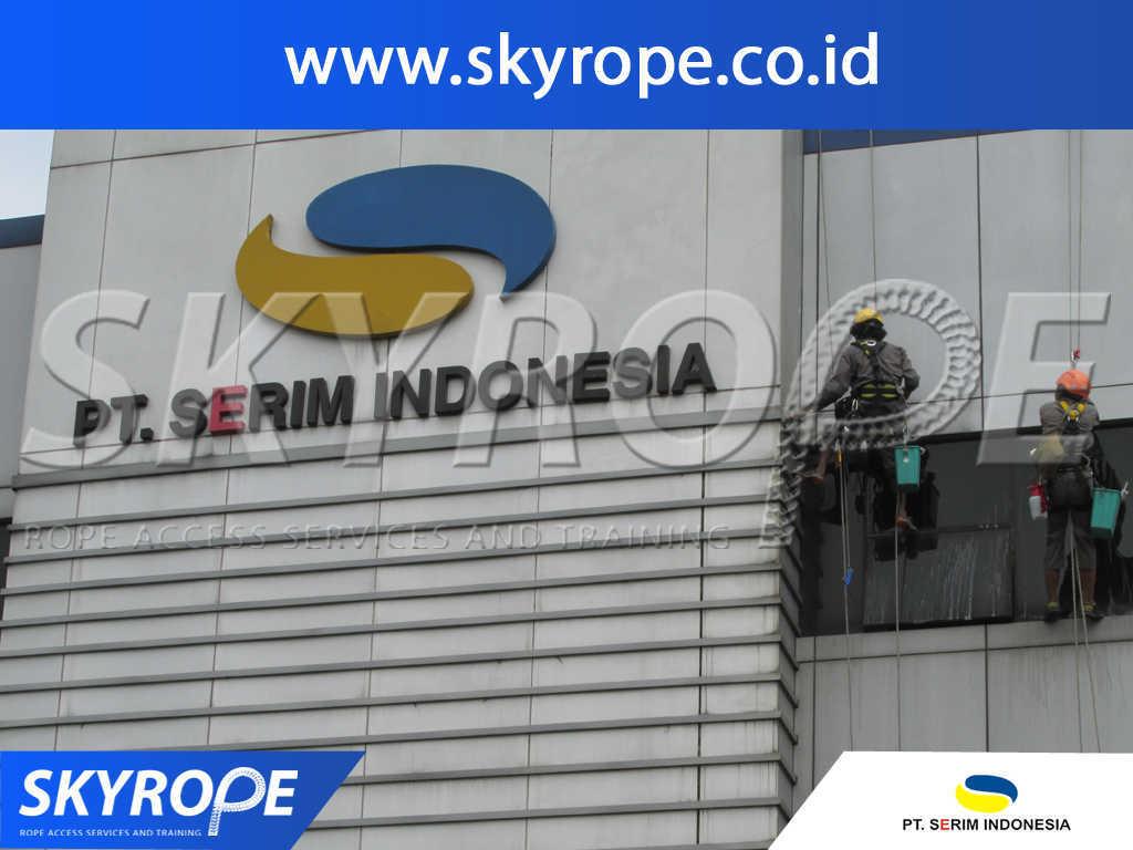Dokumentasi Jasa Pembersih Kaca Gedung di PT. Serim Indonesia