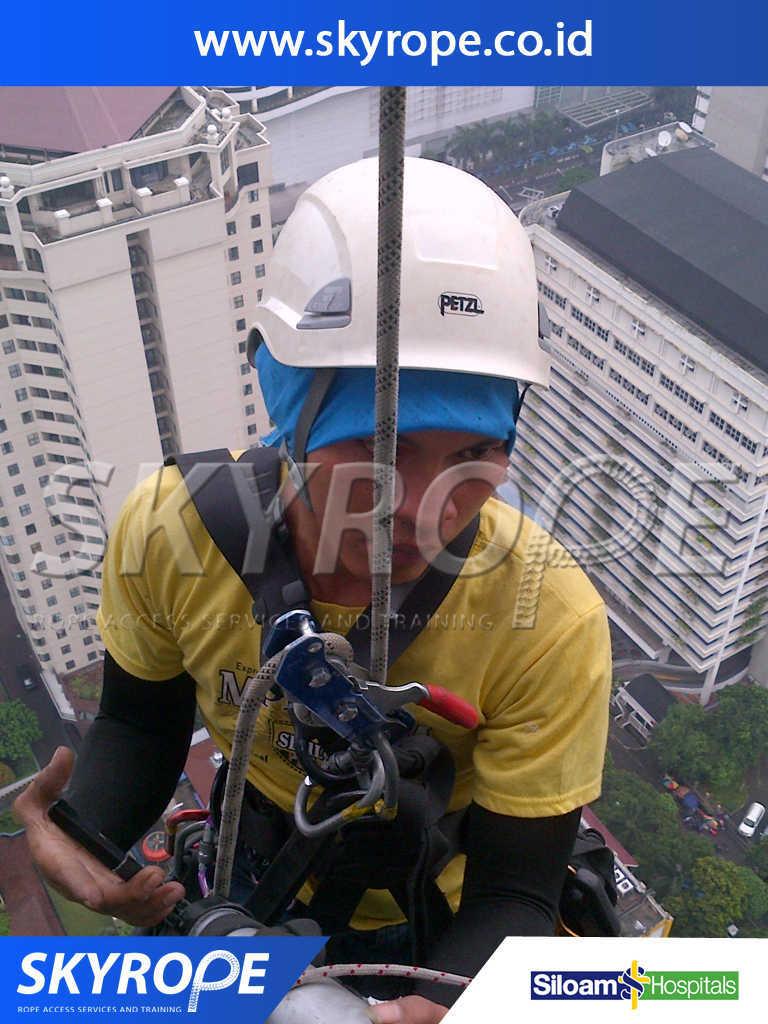 Siloam Hospitals Pembersih Kaca Gedung Jakarta