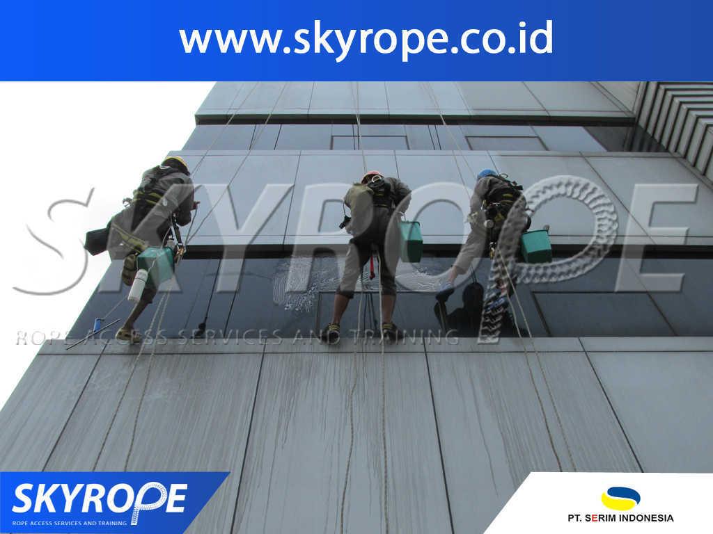 serim indonesia dokumentasi jasa pembersih kaca gedung di jakarta