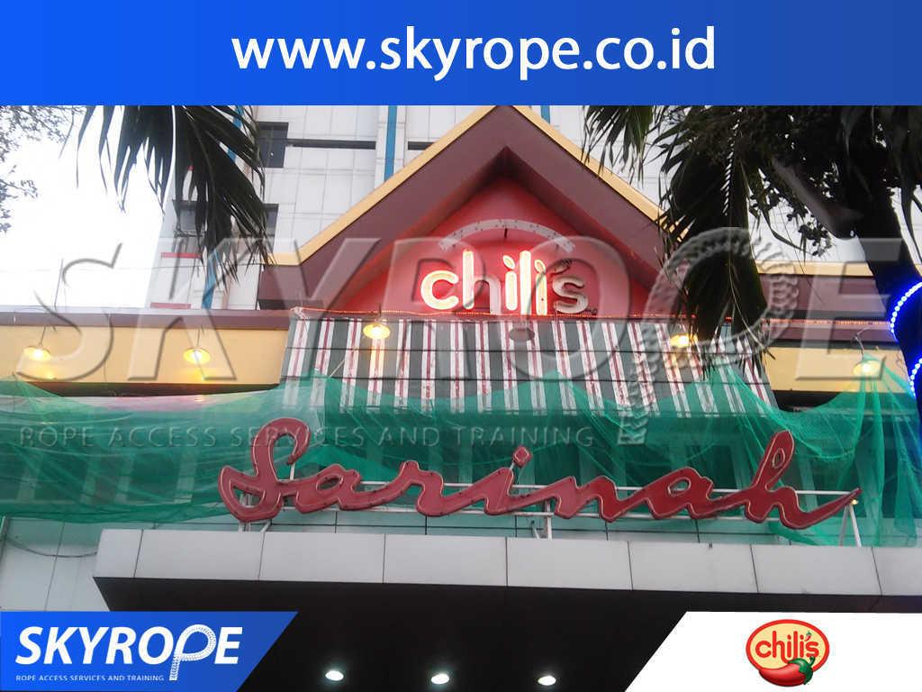 Jasa Pembersih Kaca Gedung di Chilis Restaurant Jakarta