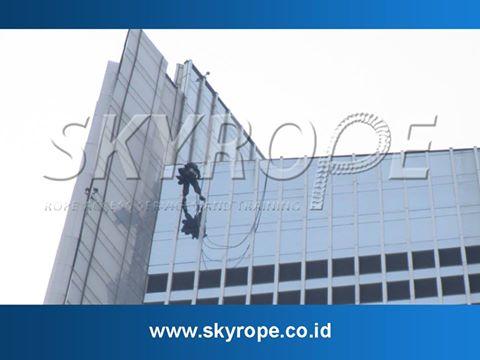 Skyrope layanan jasa pembersih kaca gedung juga melayani pengerjaan perbaikan dan perawatan bangunan