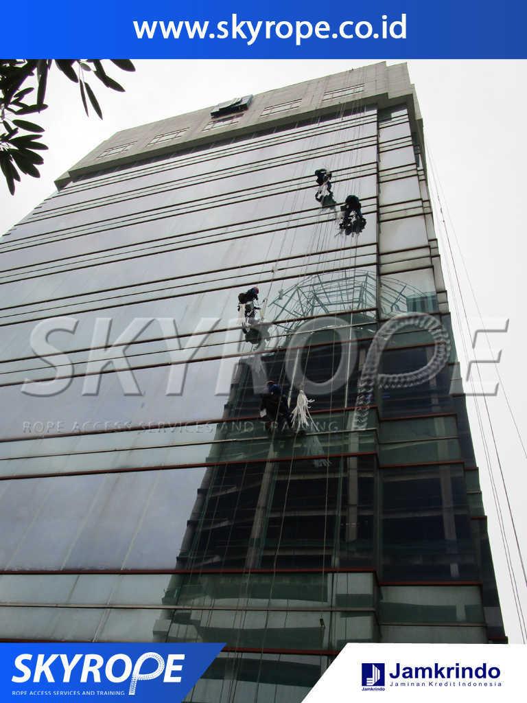 Dokumentasi Jasa Pembersih Kaca Gedung di Jamkrindo