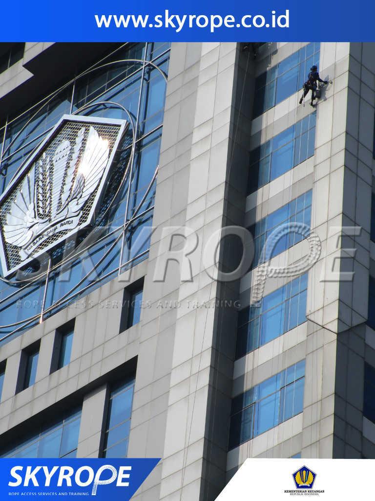 Dokumentasi Jasa Pembersih Kaca Gedung di Kementerian Keuangan RI