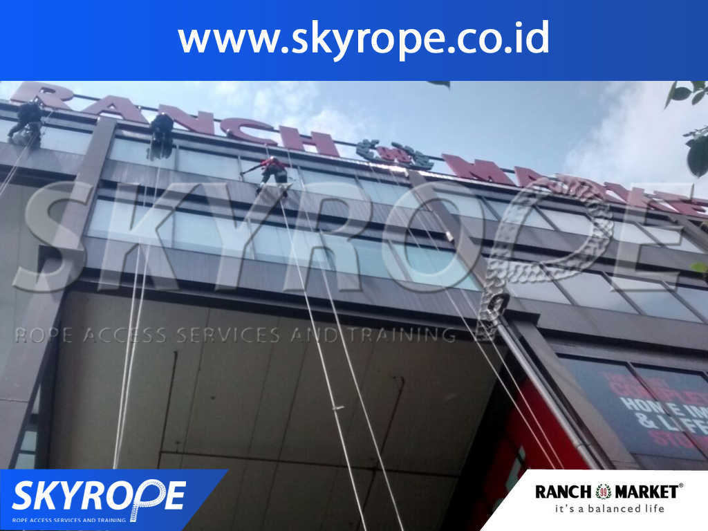 Dokumentasi Jasa Pembersih Kaca Gedung di Ranch Market Jakarta